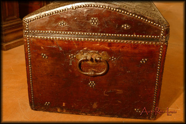 17ᵗʰ century stagecoach travel trunk – Auvergne