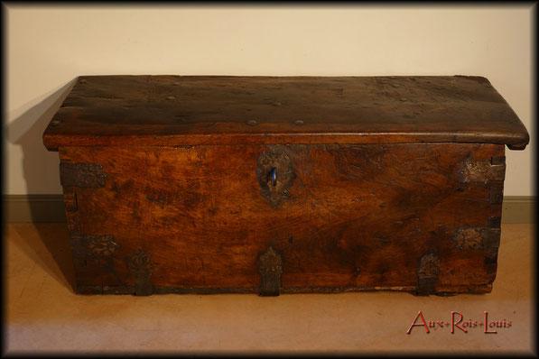 Walnut travelling chest – 17ᵗʰ century – Southern France
