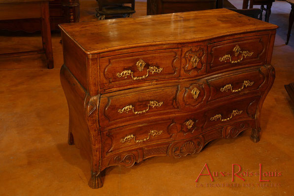 Curved commode four drawers – in walnut – 18ᵗʰ century