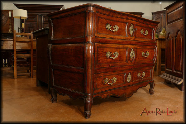 Curved commode in walnut – 18ᵗʰ century – South West of France