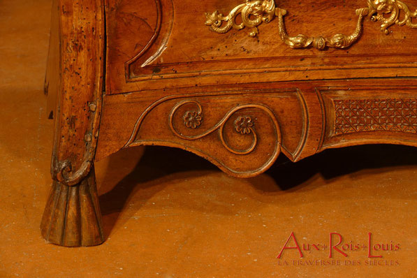 Commode galbée à quatre tiroirs, en noyer, XVIIIᵉ siècle