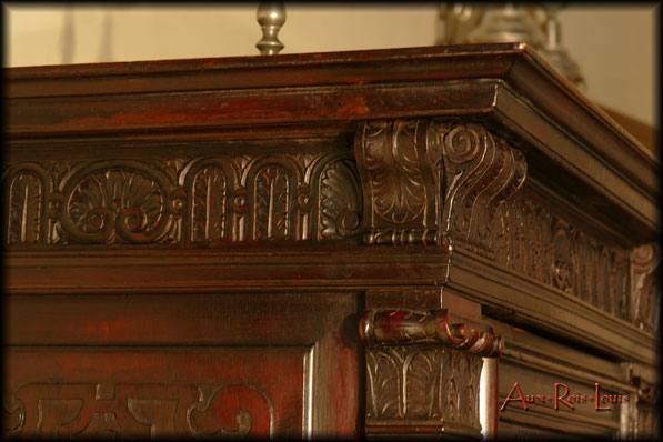 Crédence Renaissance en noyer – XVIIᵉ siècle - Traverses hautes et basses décorées de palmettes et de coquilles.