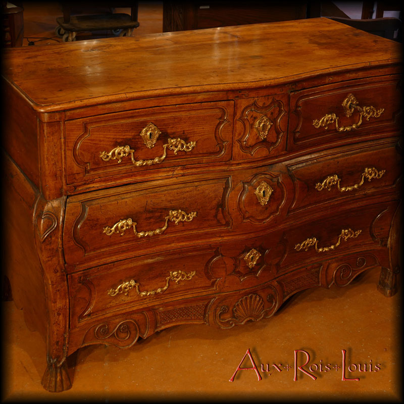Curved commode four drawers – in walnut – 18ᵗʰ century.