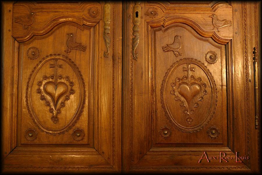 Armoire coffre de mariage en chêne – XIXᵉ siècle – Bretagne - Les deux cœurs symboles de l'union.