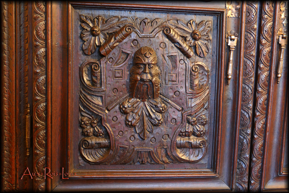 Four faces of Bacchus – Roman god of wine – are carved on the four panels of the doors.