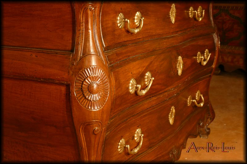 The three drawers are decorated with bronze handles.