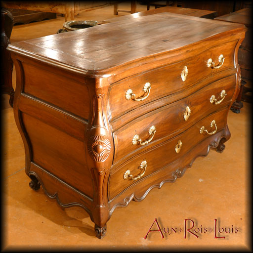 Curved Louis XV walnut chest of drawers – 18ᵗʰ century – South-West of France