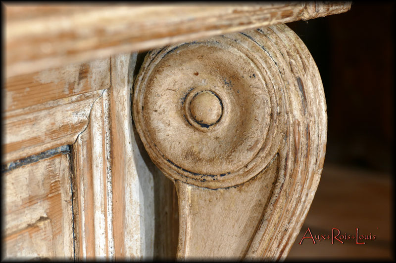 The patina underlines the moldings