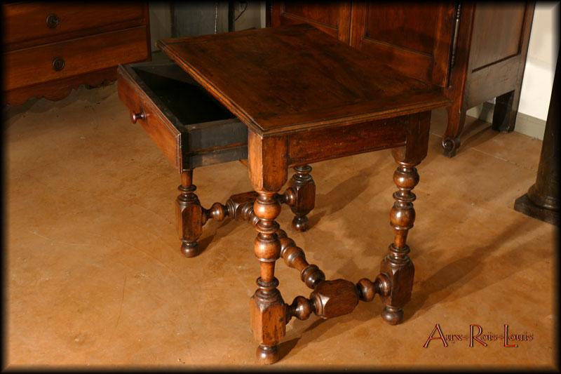 Le tiroir absorbe toute la largeur de la table.