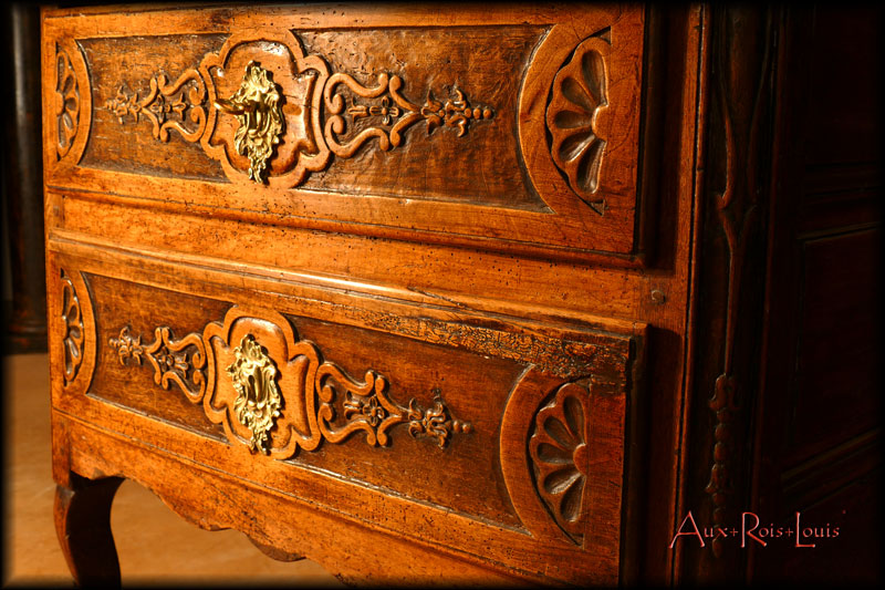 The drawers are decorated with Regency patterns designed by the 18ᵗʰ century decorator Jean Bérain.