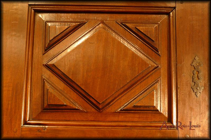 The door panels feature flattened diamond tips.