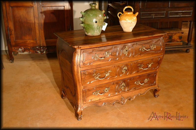 The particular sign of this walnut dresser comes from the curve of its amounts combining softness and femininity.