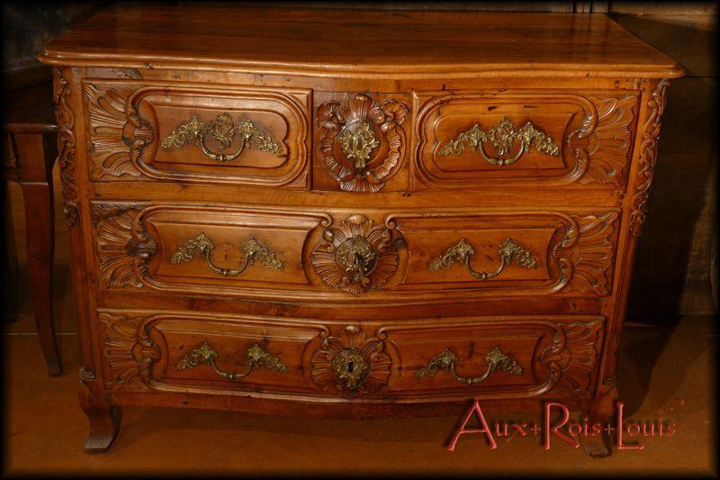 Curved chest of 4 drawers in walnut – 18ᵗʰ century – Rhône Valley