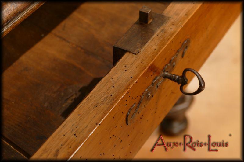 Mécanisme de la serrure en fer forgé d'origine datant du XVIIᵉ siècle