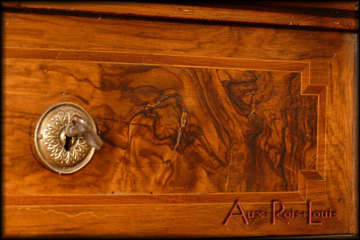 Light wood fillet inlay in walnut veneer around handles and keyways