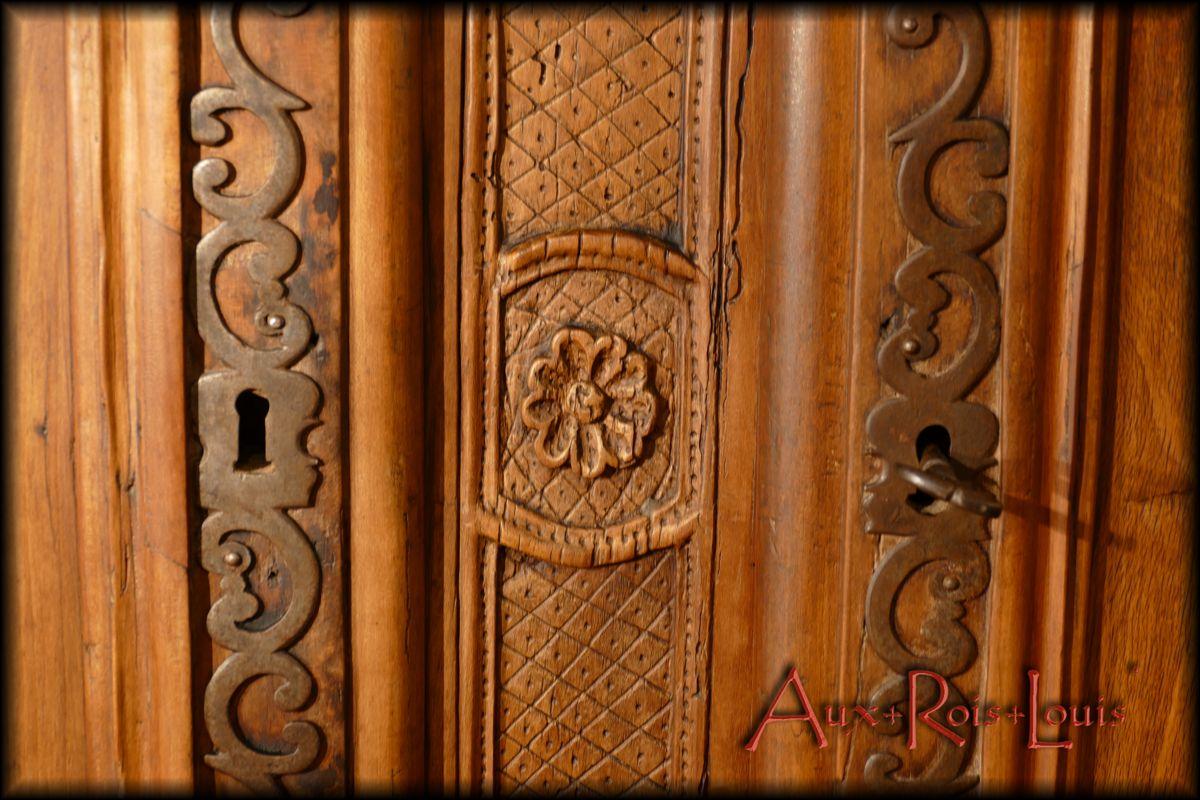 Motif de fleurettes sur le dormant entre les deux portes