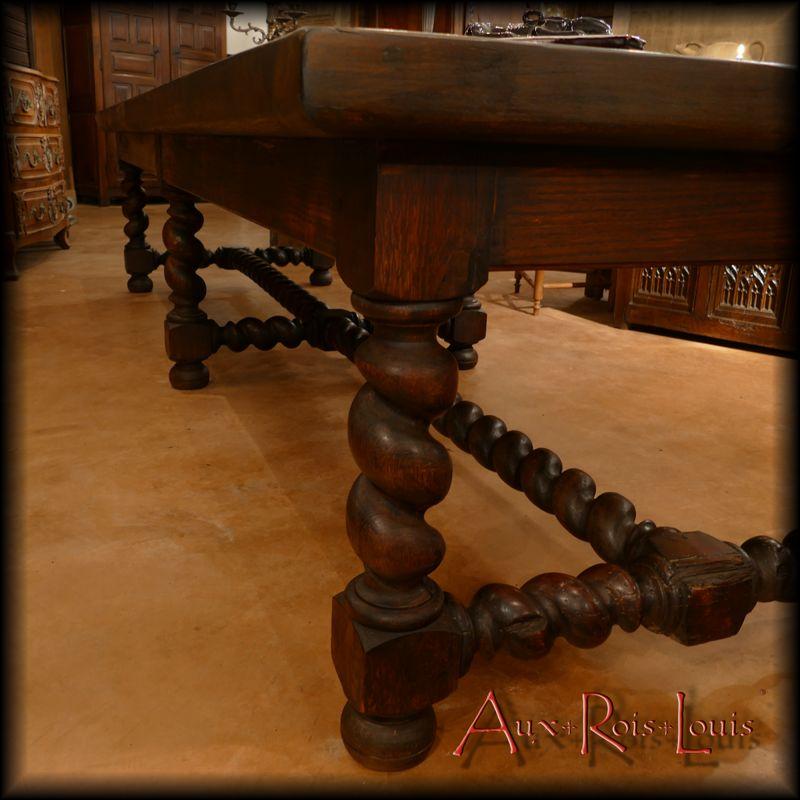 Cette table repose sur six pieds torses.