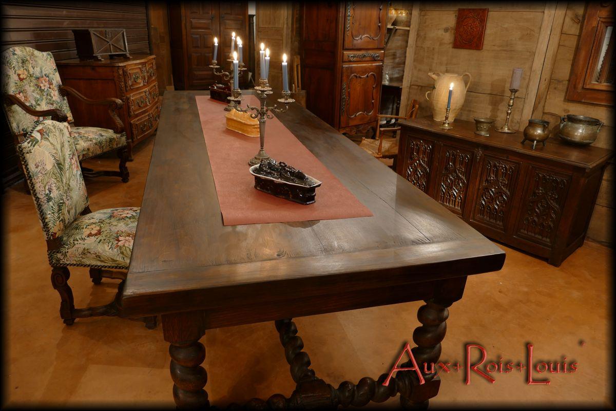 Table conviviale, par définition, elle peut recevoir de nombreux convives.