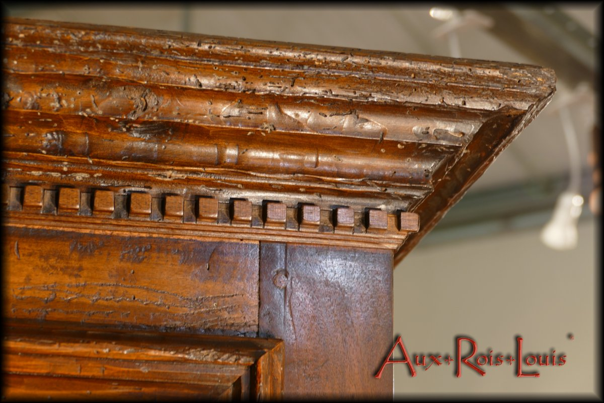 A dentil motif underlines the cornice and testifies to an order from a castle or a noble house.